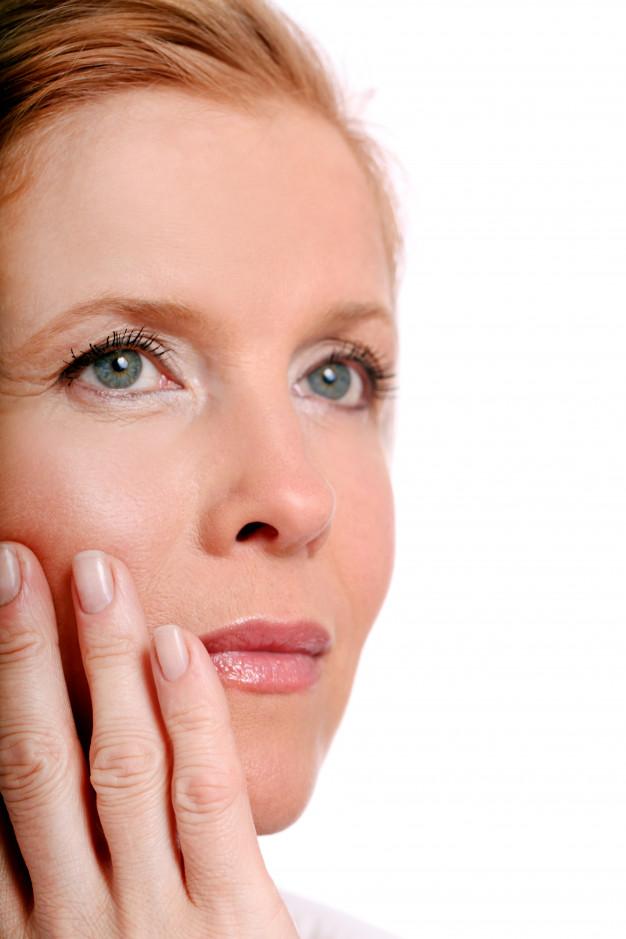 mujer de mediana edad con algunas arrugas